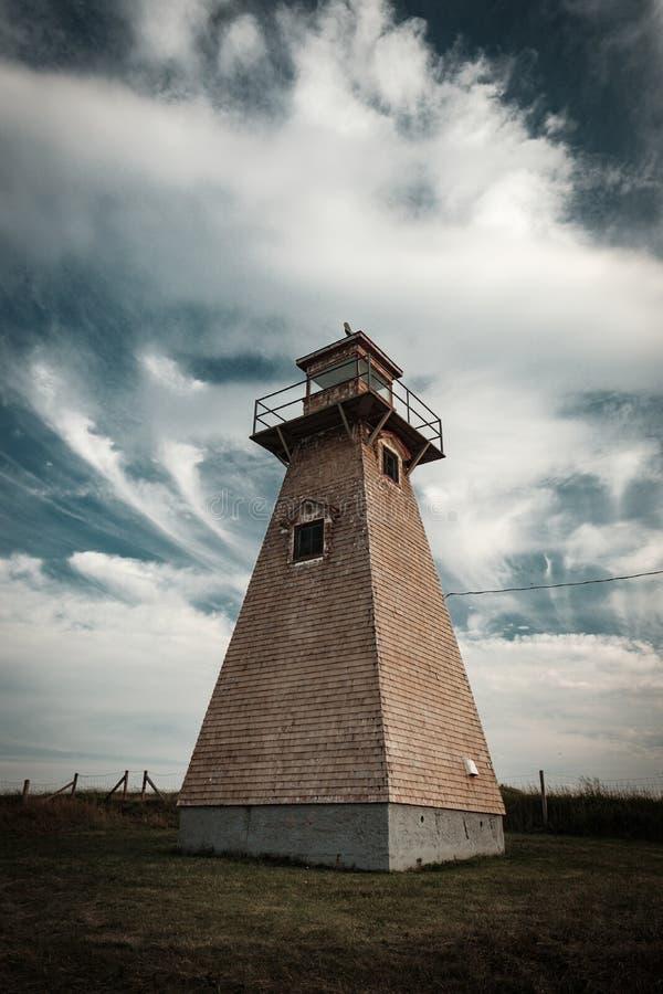 Drewniana historyczna i automatyzująca latarnia morska przy krawędzią zdjęcia stock