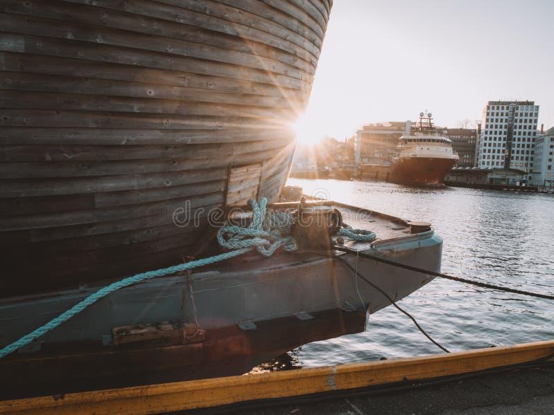 Drewniana historyczna Viking łódź w pięknym ciepłym zmierzchu obraz stock