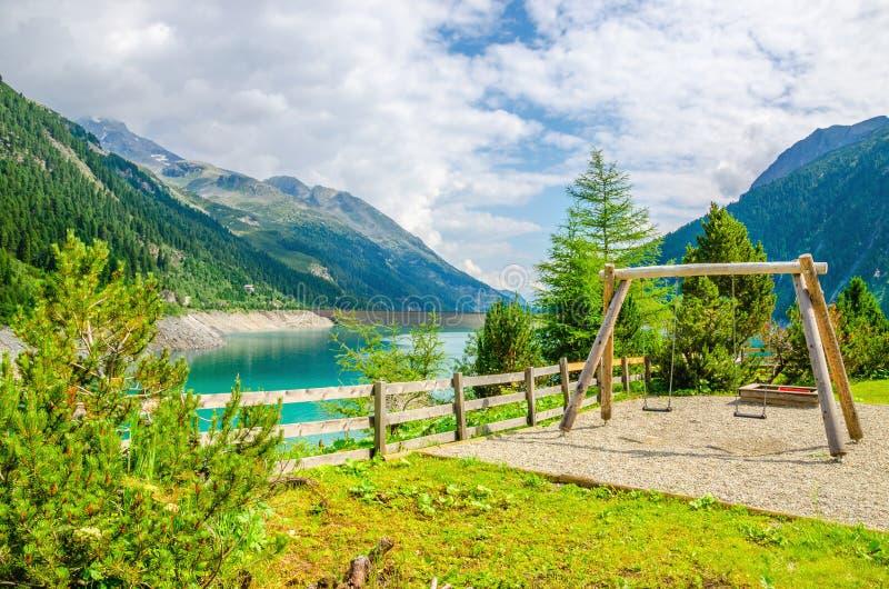 Drewniana huśtawka z lazurowym halnym jeziorem, Austria obrazy stock