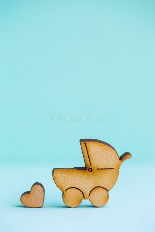 Drewniana ikona dziecko powozik i mały serce na nowym tle obraz royalty free