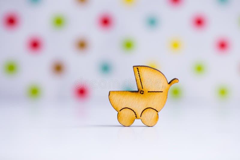 Drewniana ikona dziecko powozik na łaciastym tle zdjęcia stock