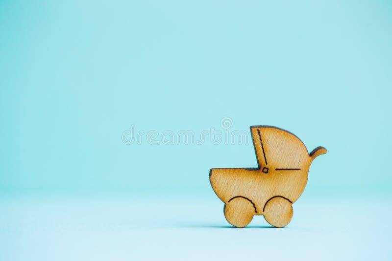 Drewniana ikona dziecko powozik na nowym tle obraz stock