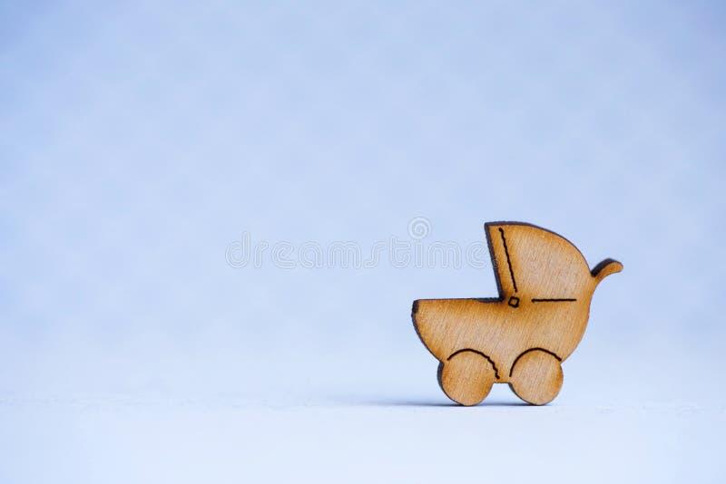 Drewniana ikona dziecko powozik na szarym tle zdjęcia royalty free