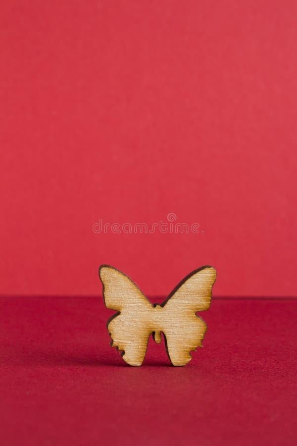 Drewniana ikona motyl na czerwonym tle obrazy royalty free
