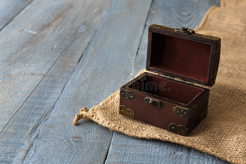 Drewniana klatka piersiowa lub bagażnik przy spokoju drewna tłem zdjęcie royalty free