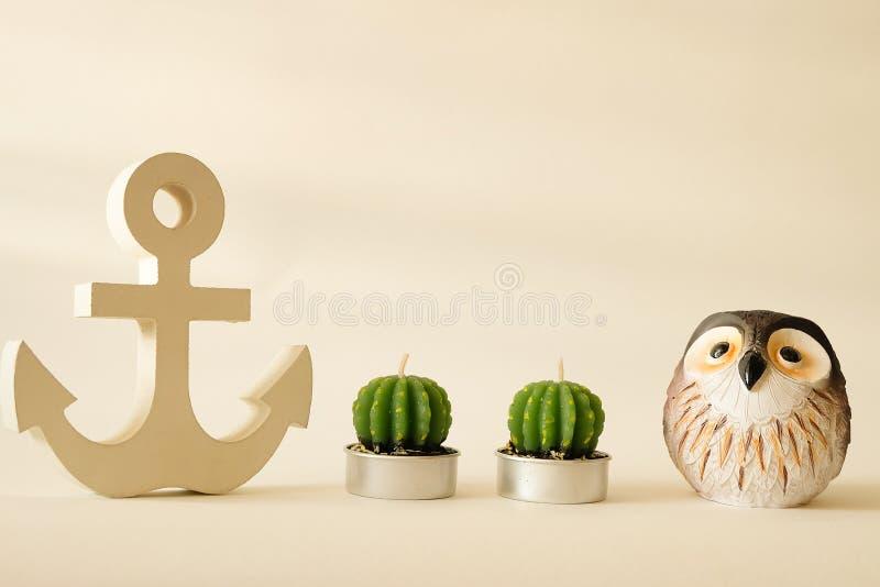 Drewniana kotwica w roczniku z sowy i świeczki kaktusowym dekoracyjnym tłem obrazy stock