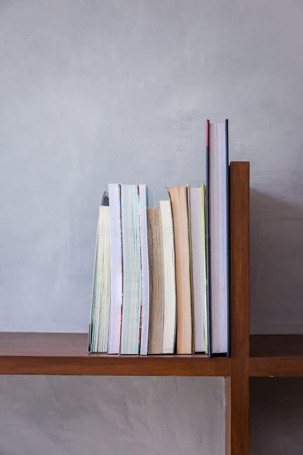 Drewniana Książkowa półka zdjęcie stock