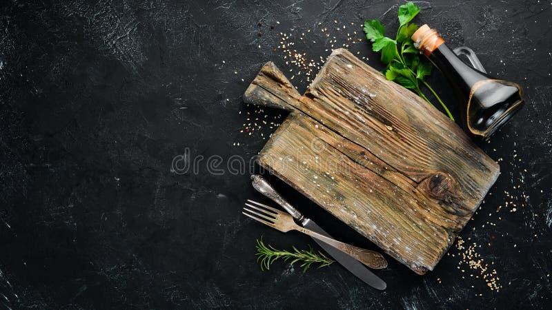 Drewniana kuchni deska, warzywa i obrazy royalty free