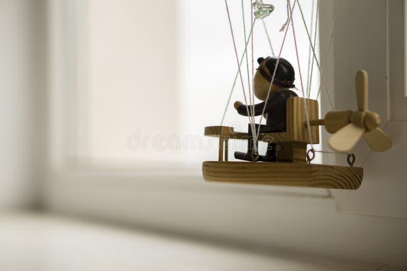 Drewniana kukła w ballonn obraz stock