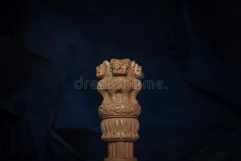 Drewniana miniaturowa replika asoka słup z ciemnym błękitnawym tłem obraz royalty free