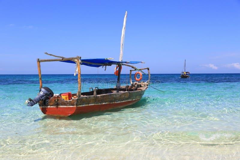 Drewniana motorowa łódź w oceanie fotografia stock