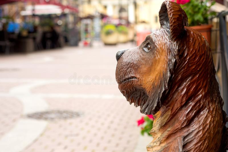 Drewniana niedźwiadkowa postać na ulicie St Petersburg zdjęcia stock