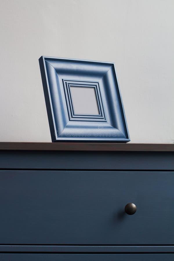 Drewniana obrazek rama na błękitnej klatce piersiowej kreślarzi zdjęcia royalty free