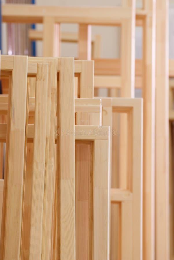 Drewniana okno ramy produkcja przy fabryką zdjęcia stock