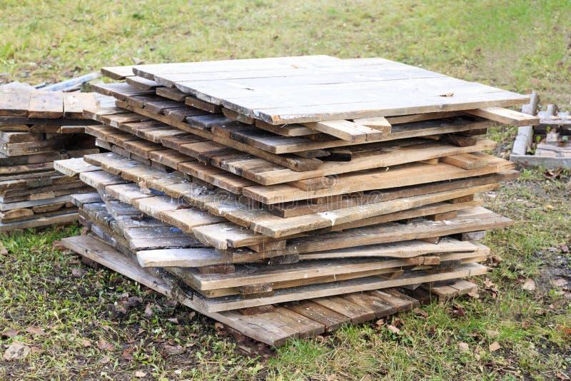 Drewniana osłona dla lasów składający carelessly niedokończony, bez kończyć, bez finansować, dolastroy obraz royalty free