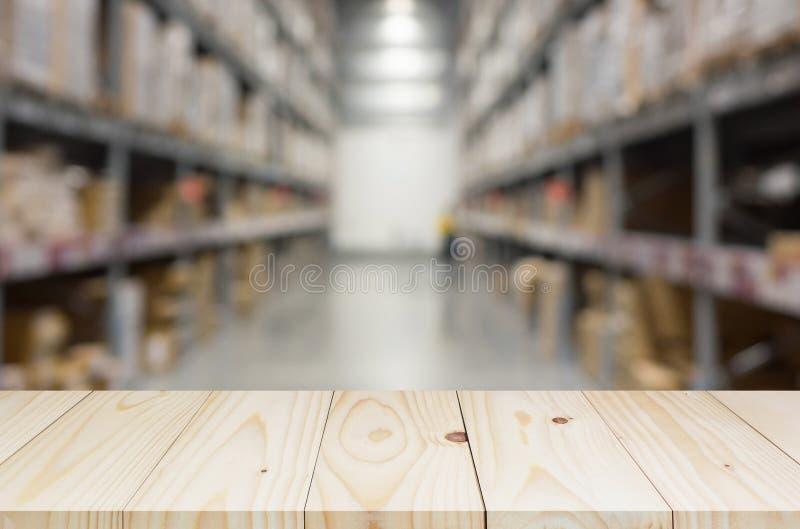 Drewniana półka na zamazanym magazynowym tle fotografia stock