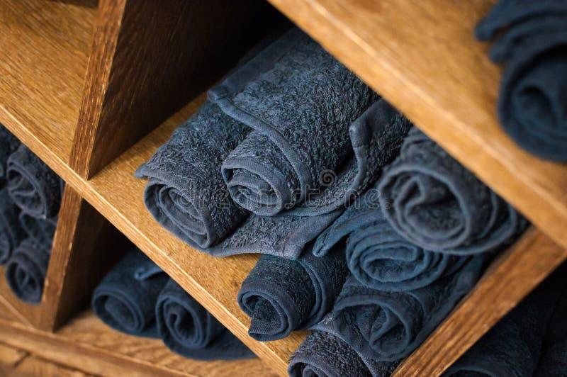 Drewniana półka z czystymi twarz ręcznikami zdjęcia royalty free