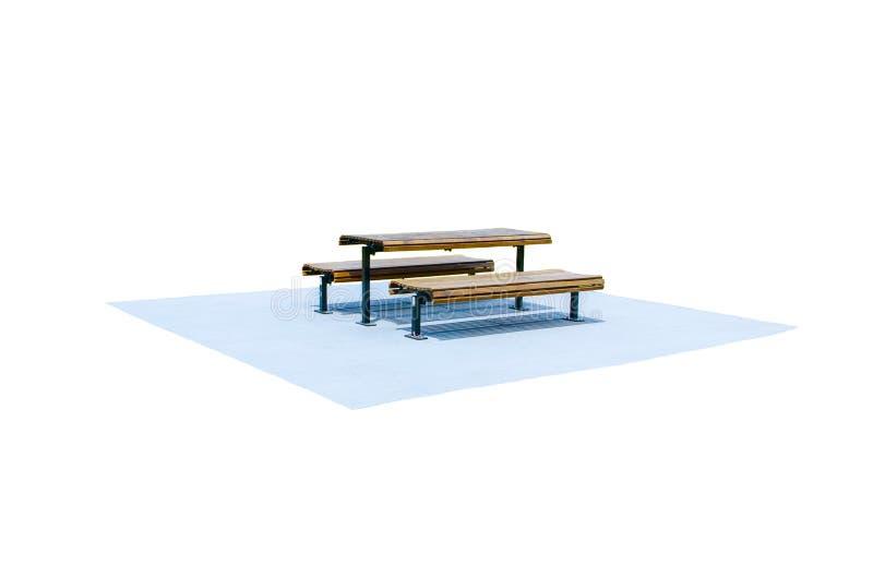 Drewniana parkowa ławka z stołem na betonowej podłoga odizolowywającej na białym tle zdjęcie royalty free