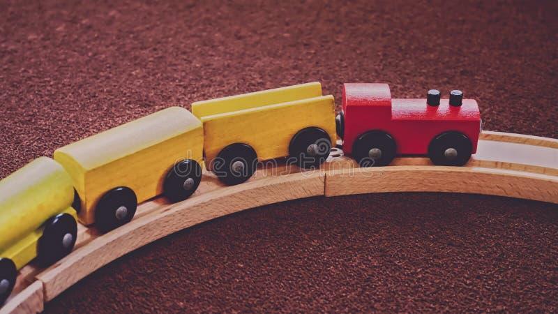 Drewniana pociąg zabawka na Wyginającym się poręczu fotografia stock