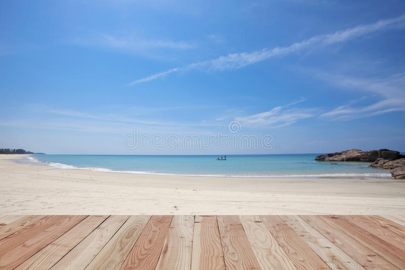 Drewniana podłoga na pięknym piasku i morze, tropikalna plaża w phang ng zdjęcia stock