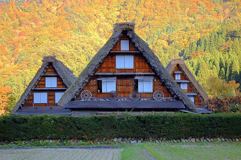 Drewniana pokrywająca strzechą dom wiejski jesień fotografia stock