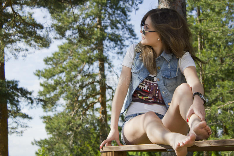 drewniana poręcz piękna kobieta zdjęcie royalty free