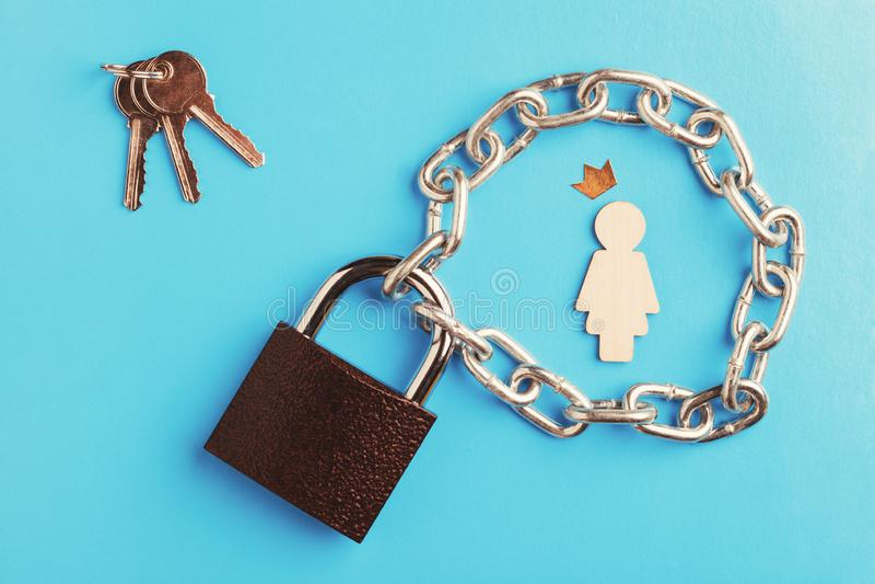 Drewniana postać kobieta w złotej koronie, zamkniętym kędziorku i kluczach na błękitnym tle, obraz royalty free