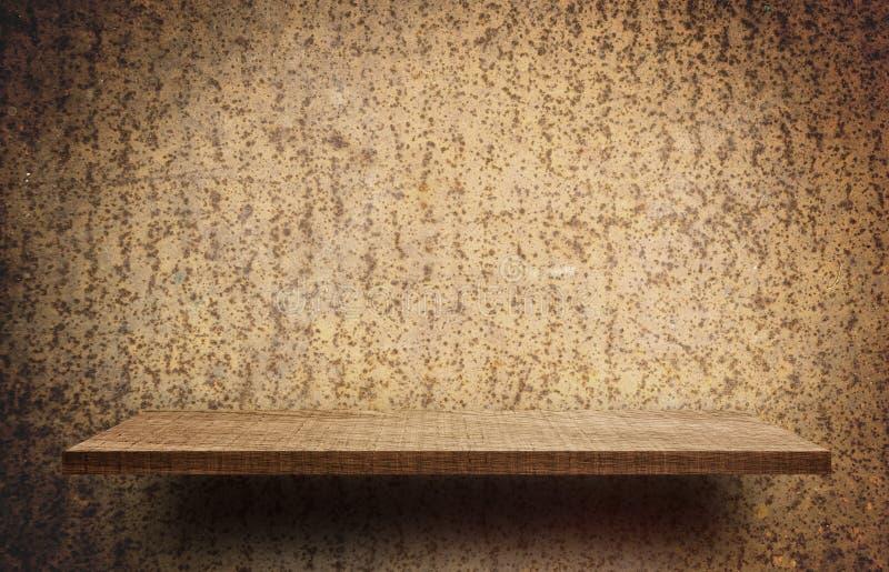 Drewniana Pusta półka na nieociosanym metalu tle zdjęcia royalty free
