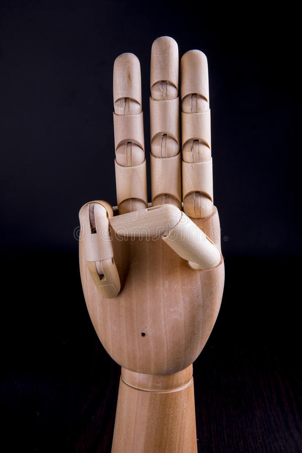 Drewniana ręka na ciemnym tle obrazy stock