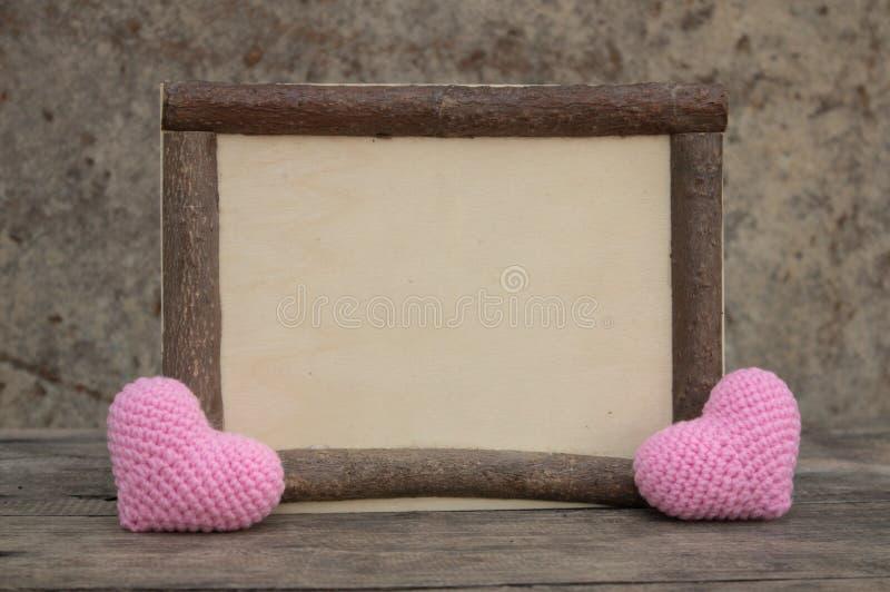 Drewniana rama z sercem na drewnianym stole obrazy stock