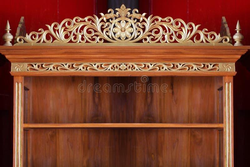 Drewniana rocznik półka z złotym antycznym pragnienie projekta wzoru tła szablonem obraz royalty free