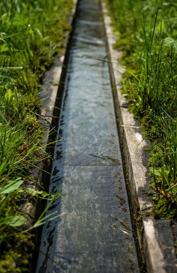 Drewniana rynna dla dostawy wody dekoracyjny well obrazy stock