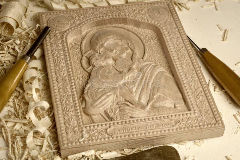 Drewniana rzeźbiąca ortodoksyjna ikona matka bóg Jezus na białym tle i dziecko zdjęcia stock