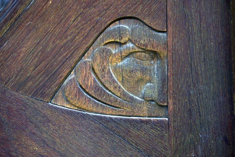 Drewniana rzeźbiąca twarz symbolizuje wiatr fotografia royalty free