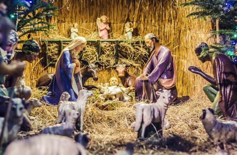 Drewniana statua boże narodzenia, postacie maryja dziewica i Jezus w żłobie, fotografia stock