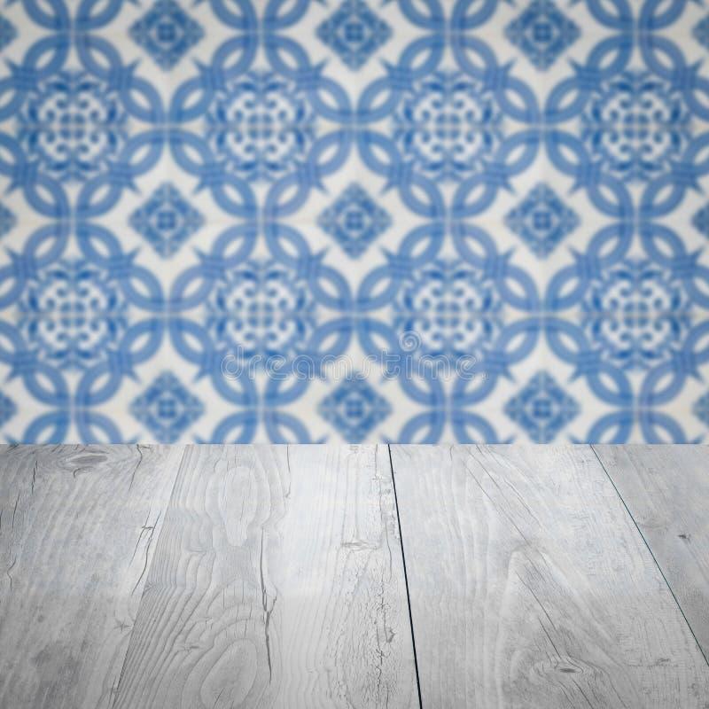 Drewniana stołowego wierzchołka i plamy rocznika ceramicznej płytki wzoru ściana zdjęcie royalty free