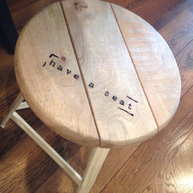 Drewniana stolec z zaproszeniem siedzieć obraz stock