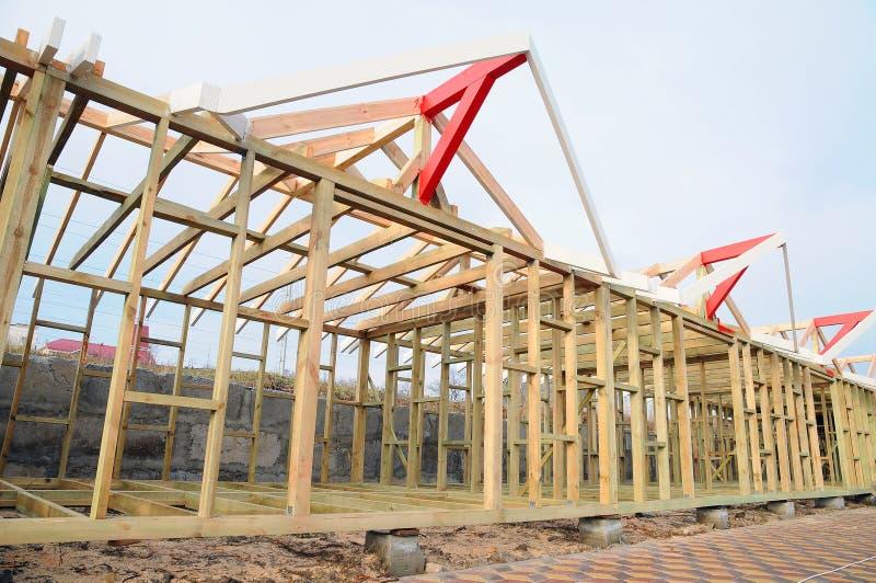 Drewniana struktura budynek Dekarstwo budowa Drewniana Dachowa Ramowego domu budowa zdjęcie royalty free