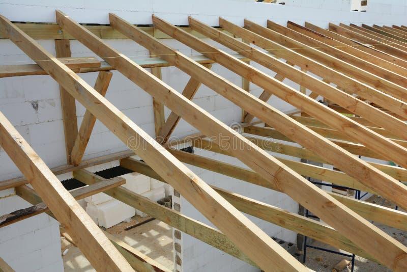 Drewniana struktura budynek Drewniany ramowy budynek Drewniana dachowa budowa Instalacja drewniani promienie zdjęcie stock