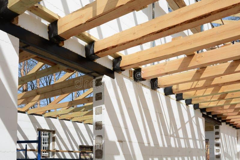 Drewniana struktura budynek Instalacja drewniani promienie przy budową dachowy kratownicowy system dom zdjęcia royalty free