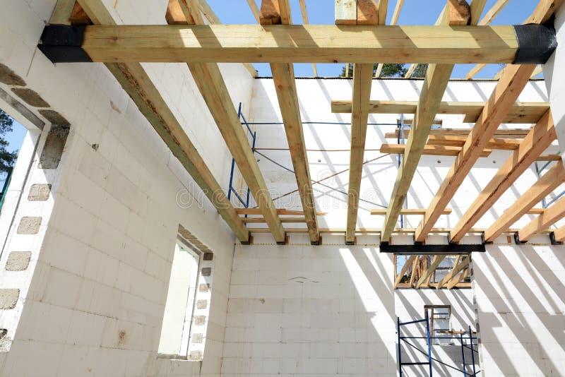 Drewniana struktura budynek Instalacja drewniani promienie przy budową dachowy kratownicowy system dom zdjęcie stock