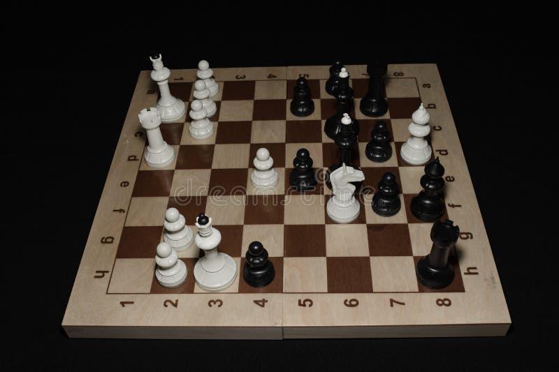 Drewniana szachowa deska z biel kawałkami jako hobby tło fotografia stock
