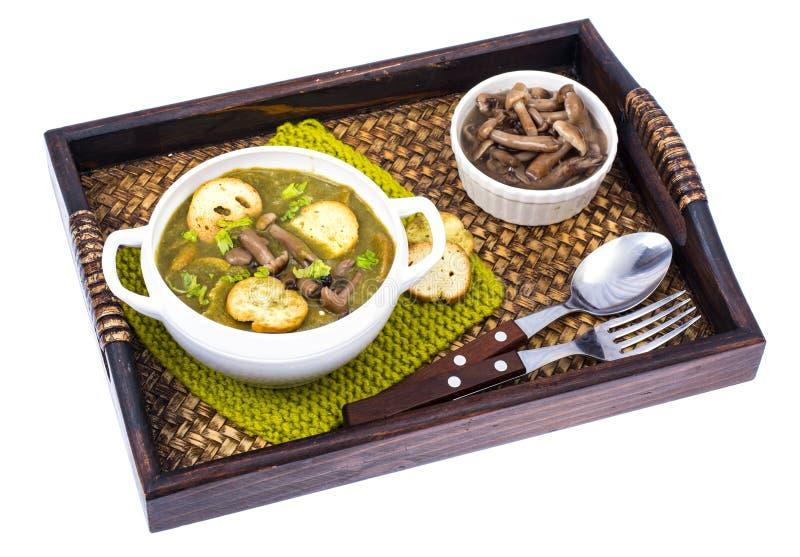 Drewniana taca z naczyniami od pieczarek zdjęcie royalty free