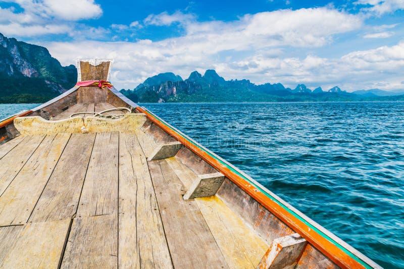 Drewniana Tajlandzka łódź na Ratchaprapha tamie przy Khao Sok parkiem narodowym zdjęcia royalty free