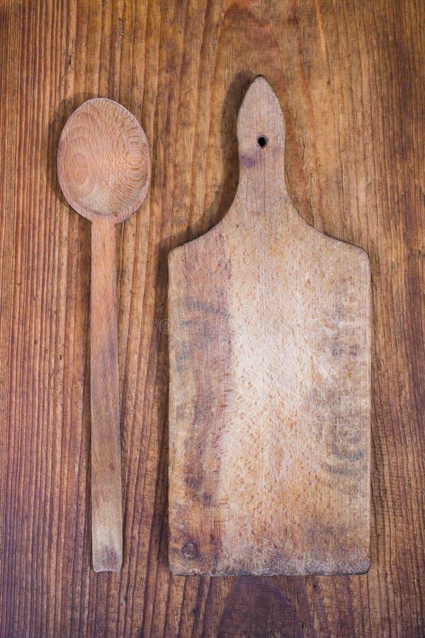 Drewniana tnąca deska i łyżka zdjęcie royalty free