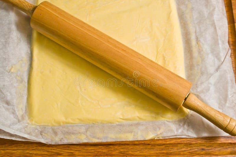 Drewniana toczna szpilka na staczającym się out croissant cieście zdjęcia royalty free