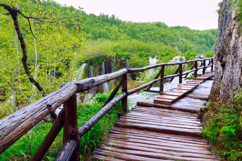 Drewniana turystyczna ścieżka w Plitvice jezior parku narodowym obraz stock
