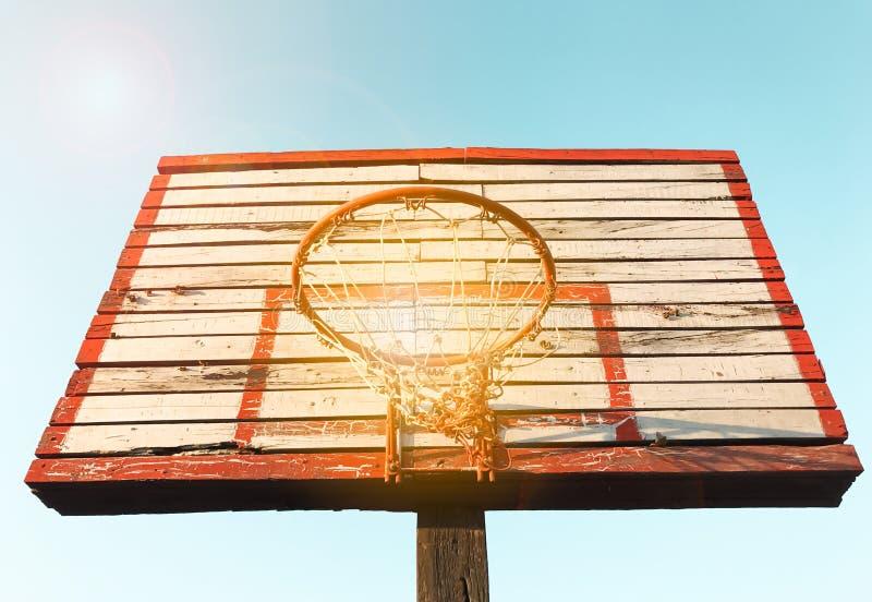 Drewniana uliczna koszykówki deska z pogodnym niebem Rocznika brzmienia filtra skutka koloru styl zdjęcia royalty free