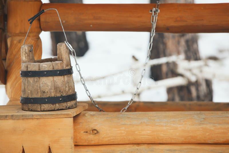 Drewniana wiadro pozycja na well zdjęcie stock