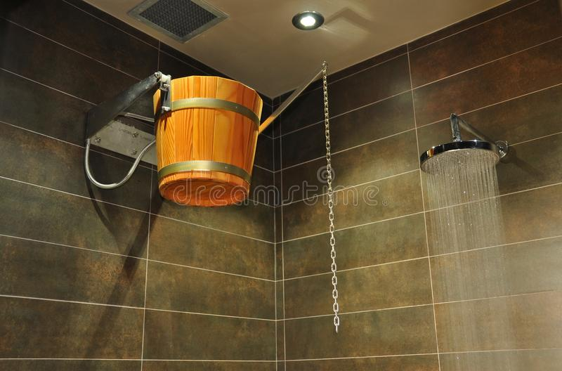 drewniana wiadro prysznic obraz royalty free